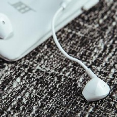 佩戴舒适,听着也舒适,JEET C1半入耳式蓝?#34013;?#26426;体验