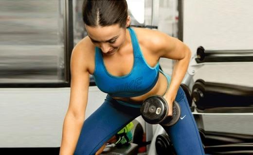 耐克女子运动胸衣:贴合不闷热,勾勒迷人胸部曲线