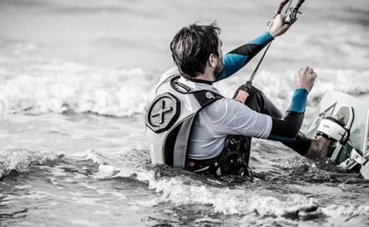 超强防水背包,带着手机潜水也不怕!