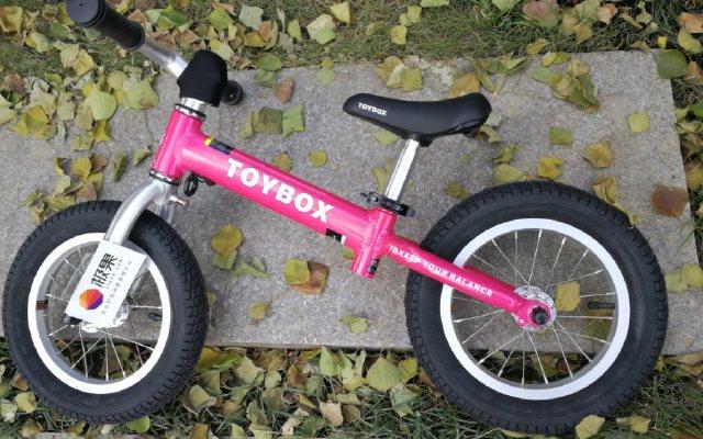 儿子George与ToyBox儿童平衡车快乐成长
