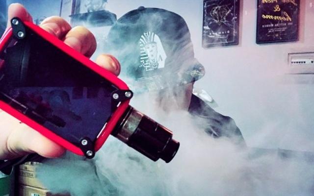 自带跑马灯的电子烟,边吞云吐雾边博人眼球 — 克莱鹏迷你射线盒子电子烟体验   视频