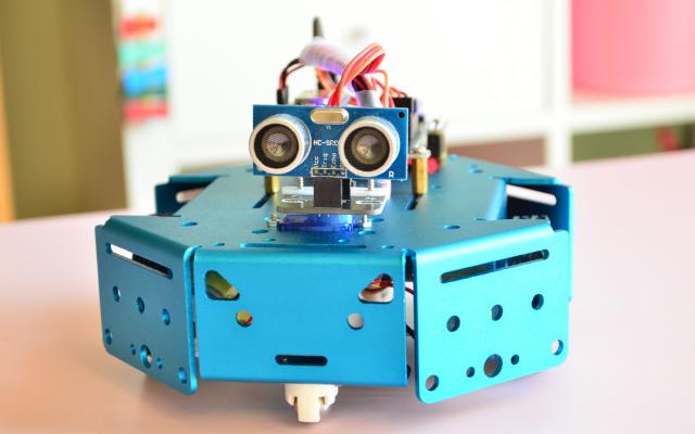 为培养动手能力,工程师竟在家陪孩子造机器人 | 视频