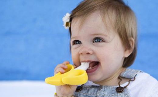 Baby Banana宝宝训练牙刷:硅胶材质柔软不伤牙,按摩刷毛更护牙龈