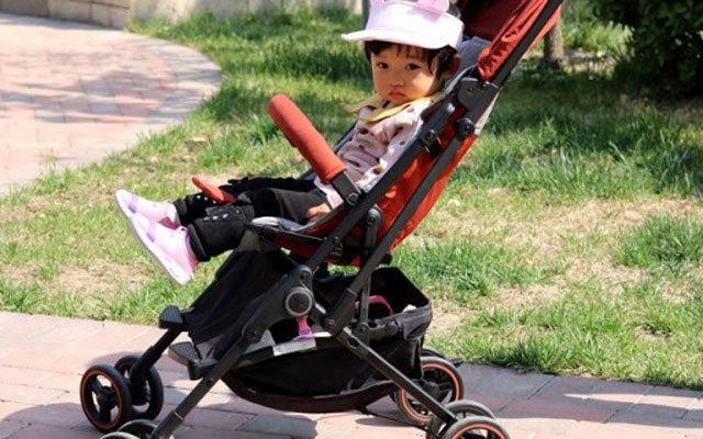 单手折叠 小巧便携,宝宝的专属座驾 —  小米稚行小轻星儿童推车体验