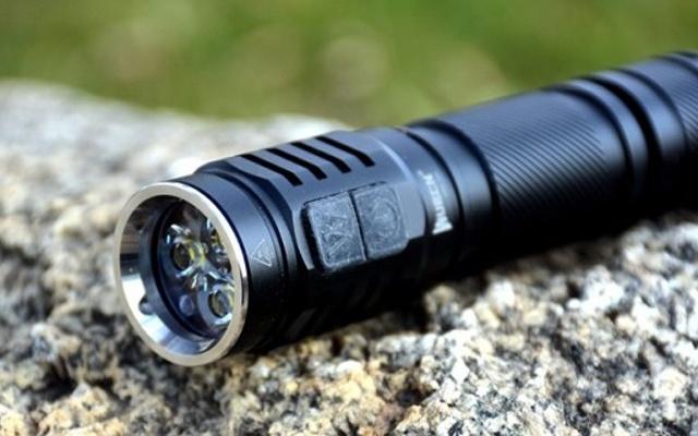 亮度堪比汽车大灯,户外应急还能当充电宝 — 务本TO46R强光手电筒评测 | 视频