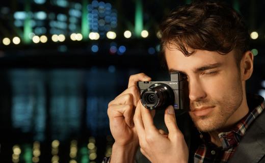 索尼RX100卡片相机:蔡司T*镜头细节满满,超轻机身握感舒适
