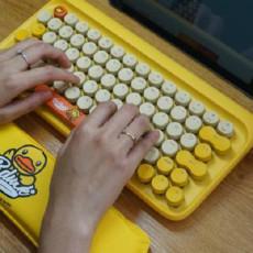 """可爱小黄鸭加持,媳妇爱上""""啪啪啪"""",洛斐小黄鸭圆点蓝牙机械键盘体验"""