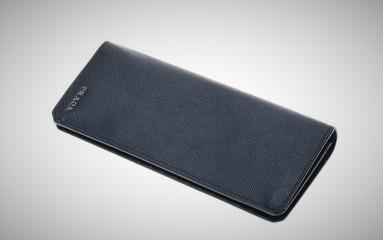 Prada牛皮钱包:牛皮材质细腻柔软,简约设计高端大气