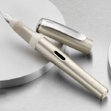 简约低调有质感,这钢笔让我找回青春的印记 — 百利金商务钢笔体验 | 视频