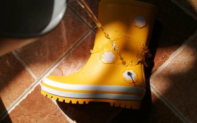 去踩踩水吧!带给宝宝奇妙的下雨天,稚行儿童雨鞋测评