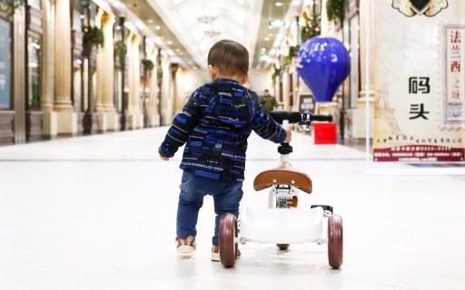 小孩子第一件豪华座驾,贵族气质要从小培养 — 如宝 儿童学步三轮车体验   视频