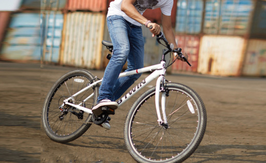 迪卡侬山地自行车:高碳钢车架超稳固,6速可调爬坡不累