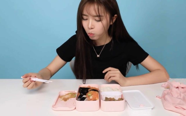 10块钱的盒饭,竟被她吃出了100块的逼格!| 视频