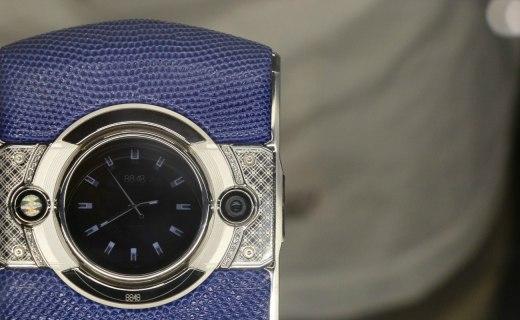 """8848手机M5现场图赏:皮革材质包裹,背部""""时间眼""""副屏!"""