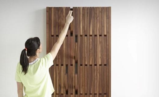 灵感源自钢琴键的木制衣架,可伸展48个衣帽钩