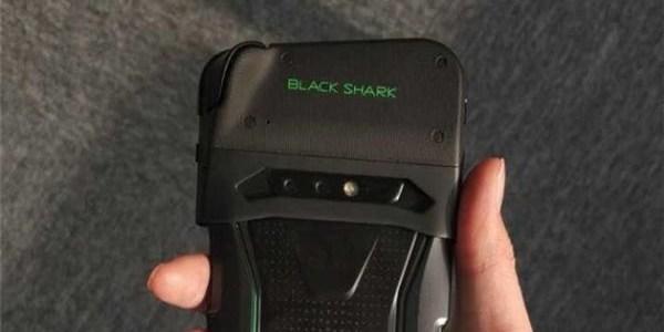 小米黑鲨游戏手机外观照流出:配备可拆卸游戏手柄