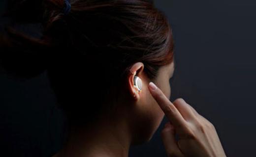 这个耳机能自动翻译37种语言,看A片再也不要字幕了