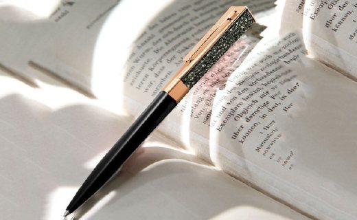 施华洛世奇圆珠笔:透明水晶石笔身,丝绒笔套可替换笔芯