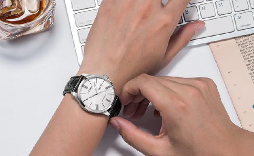 西铁城手表:玻璃镜面坚硬耐磨,小牛皮表带柔软舒适
