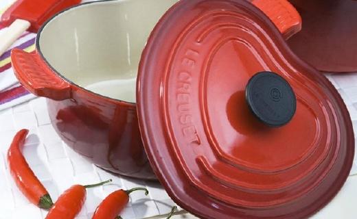 Le Creuset心型铸铁锅,厨房中的LV