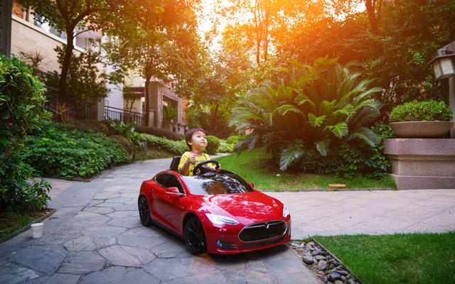 3岁老司机开特斯拉model S实力撩女星