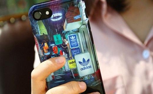 阿迪达斯手机壳:耐磨防摔TPU材质,街景印花个性潮流