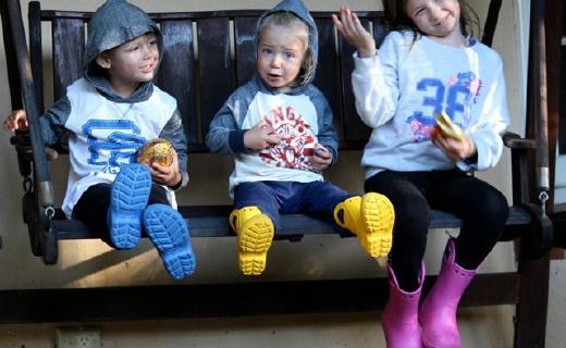 卡洛驰儿童雨靴:天然橡胶超舒适,反光设计行走更安全