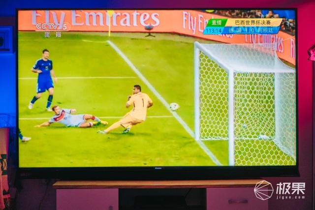 一台电视拯救佛系少年!2018世界杯就拿它看球赛了