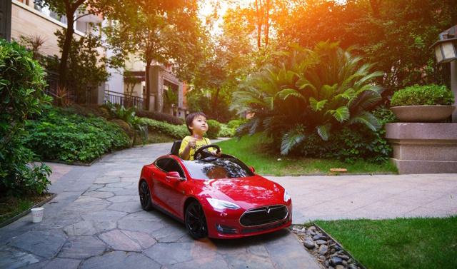 3岁老司机开特斯拉model S实力撩女星,单身狗们颤抖吧