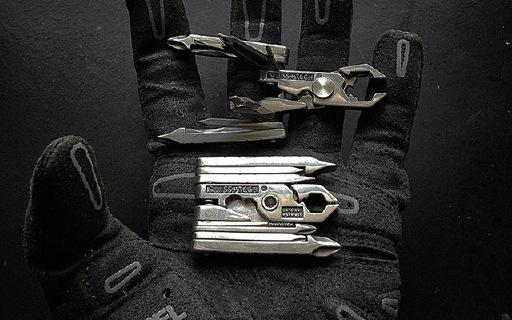 瑞士科技19合1工具钳:体型小巧易携带,高强度耐弯曲永不生锈
