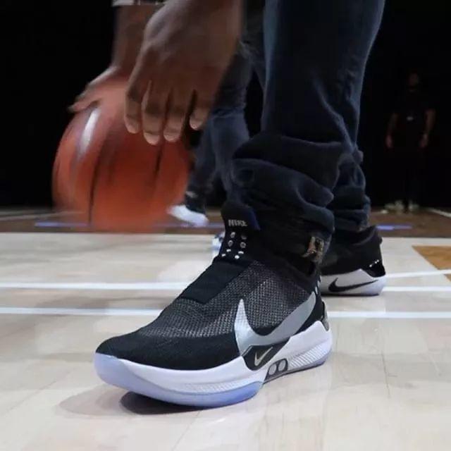 耐克竟推出无线充电鞋!解决人类穿鞋史上最大难题,还配抖音特效灯…