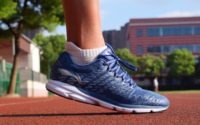 """跑鞋中的""""赤兔马"""",脚感舒适还很智能 — 李宁赤兔辉煌轻质跑鞋体验"""