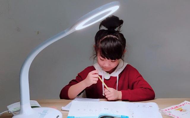 无频闪减蓝光,这台灯还能语音纠正孩子坐姿 — 腾讯儿童智能台灯体验   视频