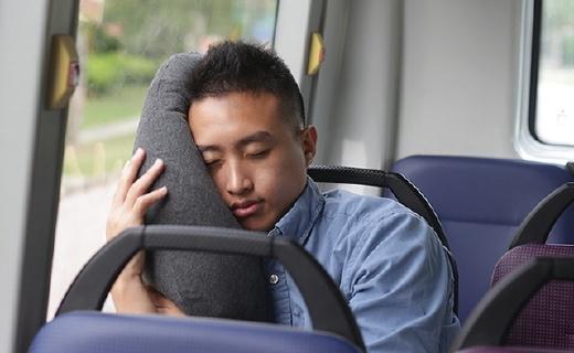 折叠后手机大小的充气随身枕,靠嘴吹气就能用