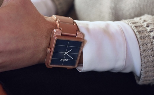 能给手机充电的手表,表带都是电池晒晒就能充满