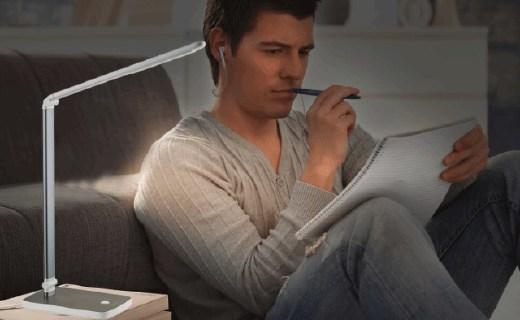 飞利浦晶胜台灯:光线柔和均匀,可选转设计使用方便