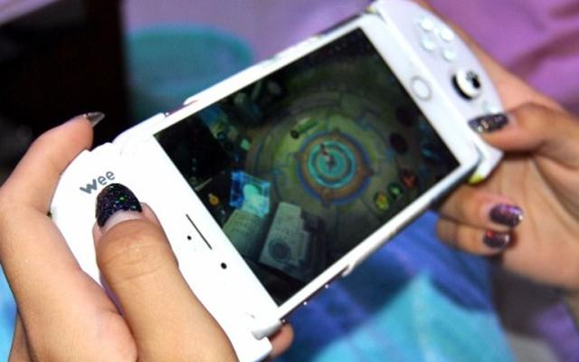 手残党游戏上分利器,一键连招,把把超神 —  飞智 Wee 拉伸手柄体验 | 视频