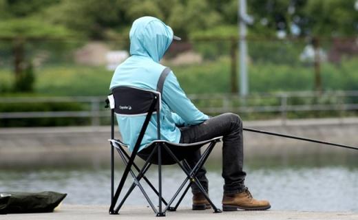 迪卡侬户外折叠椅:涤纶面料纯钢架构,轻量便携更结实