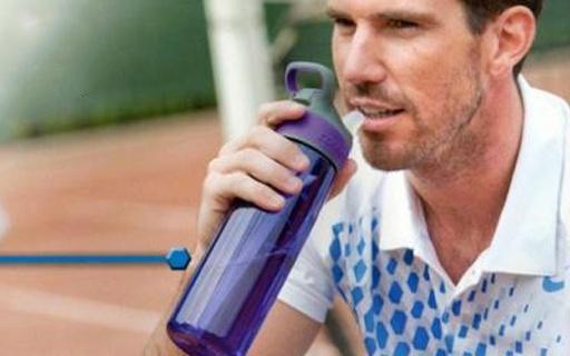 Contigo吸管水壶:听说美国人手一个,单手操作方便饮水