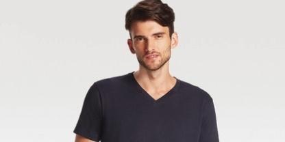 优衣库V领T恤:经典V领款式,纯色简约百搭