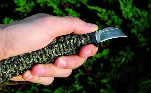 用钢刀和伞兵绳做成的手链帅气又能防身,削木狩猎都能用