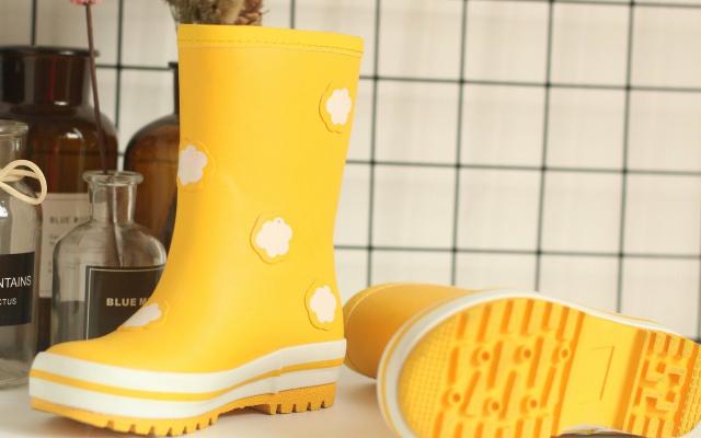 有了它,就别再担心宝宝下雨天踩水啦,稚行儿童雨鞋测评