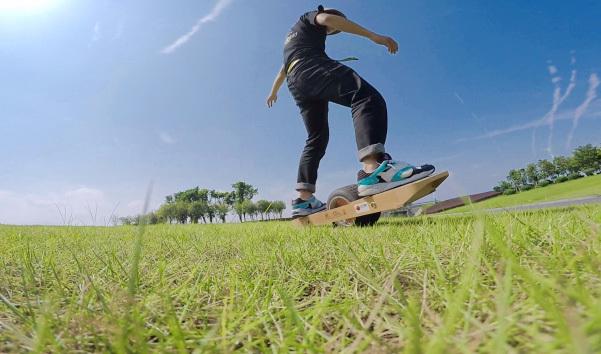 玩了Surfwheel独轮电动滑板,你还敢说你平衡感好吗