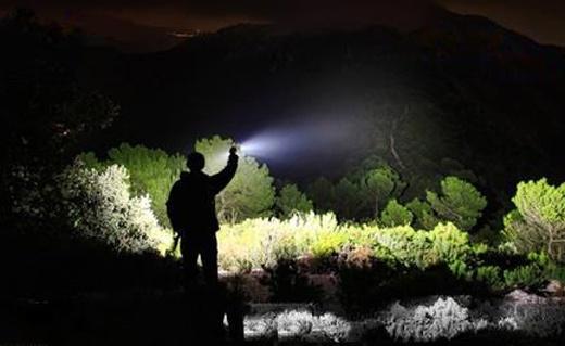 瑞士科技LED手电筒:亮度大射程长,带索绳可做小提灯