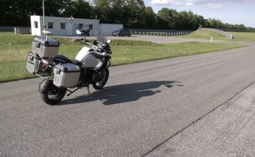 摩托还能无人驾驶?宝马释出原型视频,不用人教自己就会跑!