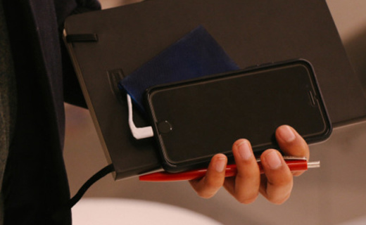 能塞进钱包的移动电源,可拆分设计出远门也够用