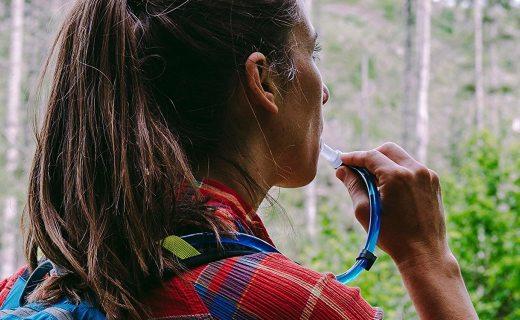 鸭嘴兽徒步水袋:食品级内胆安全储水,翻领扣搭配咬阀饮用便捷