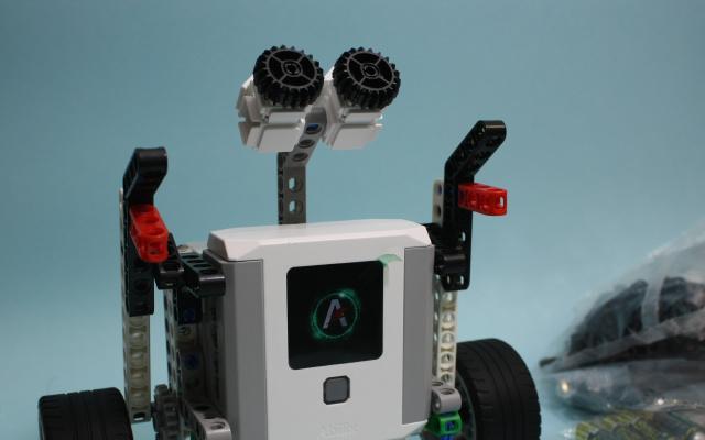 能玩十几年的编程机器人,百变造型我都上瘾了 | 视频