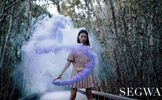 云雾中的风火轮,长腿美女用SEGWAY平衡轮拍大片!