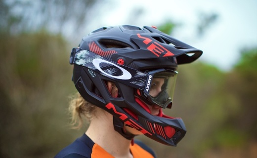 MET Parachute Full头盔:十字结构稳定保护头部,6大开孔透气通风